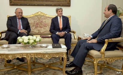 Egyptian President Abdel-Fattah el-Sissi, right, meets with U.S. Secretary of State John Kerry, center, and Egyptian Foreign Minister Sameh Shoukry, at the Presidential palace in Cairo, Egypt, April 20, 2016.