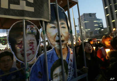Protesters with portraits of impeached President Park Geun-hye march towards the presidential house during a candle light vigil calling for her arrest in Seoul, South Korea, March 11, 2017.