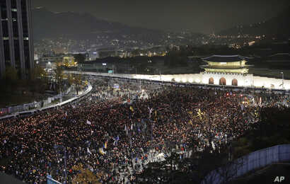 South Korean protesters march toward the presidential house during a rally calling for South Korean President Park Geun-hye to step down in Seoul, South Korea, Nov. 19, 2016.