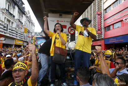 "Pro-democracy group ""Bersih"" (Clean) chairwoman Maria Chin Abdullah (C) rallies supporters as they prepare to march towards Dataran Merdeka in Malaysia's capital city of Kuala Lumpur, Aug. 29, 2015."