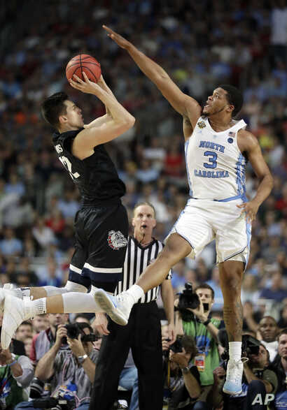 Gonzaga's Zach Collins (32) takes a shot against North Carolina's Kennedy Meeks (3) during the first half of championship game, April 3, 2017.