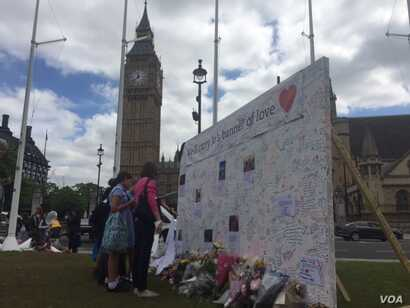 Sidewalk memorials have gone up throughout Britain in honor of lawmaker Jo Cox, whose murder last week allegedly by a far right extremist with mental problems has been followed by a jump in support for remaining in the EU. (L. Ramirez/VOA)