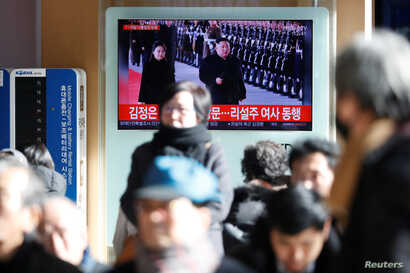 People watch a TV broadcast on North Korean leader Kim Jong Un's visit to China, in Seoul, South Korea, Jan. 8, 2019.