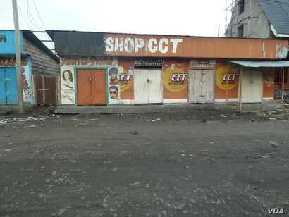 Shops closed in Sake a day after M23 rebels took control of the town following overnight battles with the Congolese army, DRC, November 23, 2012. (G. Joselow/VOA)