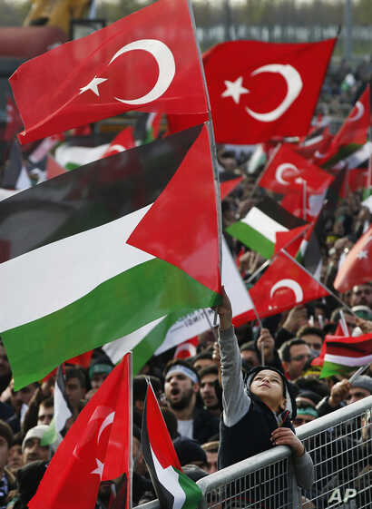 Protesters waving Turkish and Palestinian flags participate in a rally against U.S. President Donald Trump's decision to recognize Jerusalem at the capital of Israel, in Istanbul, Dec. 10, 2017.