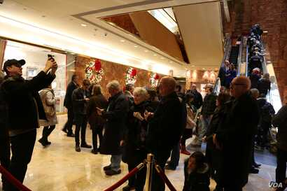 A crowd of tourists mills about in the lobby of Trump Tower in New York, Dec. 12, 2016. (R. Taylor/VOA)