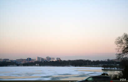 The Potomac River is covered in ice ahead of a major storm that threatens to dump as much as 60 centimeters of snow on Washington, D.C., the capital, Jan. 21, 2016. (photo by Diaa Bekheet)