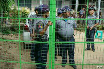 Police block reporters from accessing Yangon's Kamaryut Township Court.