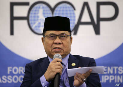 Al Haj Murad Ebrahim, chairman of the Moro Islamic Liberation Front, gestures as he answers questions from reporters, Manila, Philippines, July 24, 2018. Ebrahim, leader of the largest Muslim rebel group in the Philippines, says 30,000 to 40,000 arme...