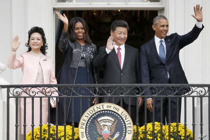 President Barack Obama, Chinese President Xi Jinping, first lady Michelle Obama and Chinese first lady Madame Peng Liyuan wave from the Truman Balcony of the White House in Washington, Sept. 25, 2015.