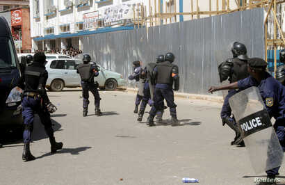 Riot police attempt to disperse supporters of DRC's opposition presidential candidate Moise Katumbi as they escort him to the prosecutor's office in Lubumbashi, the capital of Katanga province, May 13, 2016.
