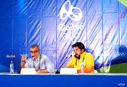 Mario Andrada, Rio Organizing committee (l) and Gustavo Nascimento, Rio director of venue management (r) during Saturday news conference on green water, Aug. 13, 2016, Rio de Janeiro. (P. Brewer/VOA)