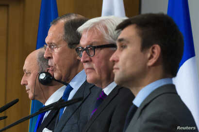 FILE - France's Foreign Minister Laurent Fabius (L), Ukraine's Foreign Minister Pavlo Klimkin (R), Germany's Foreign Minister Frank-Walter Steinmeier (2nd R) and Russia's Foreign Minister Sergei Lavrov attend a news conference in Berlin July 2, 2014....