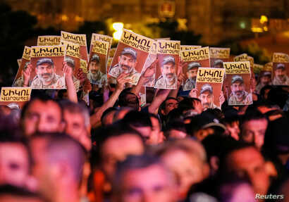 Supporters of Armenian opposition leader Nikol Pashinyan react, after his bid to be interim prime minister was blocked by the parliament, during a rally in central Yerevan, Armenia, May 1, 2018.