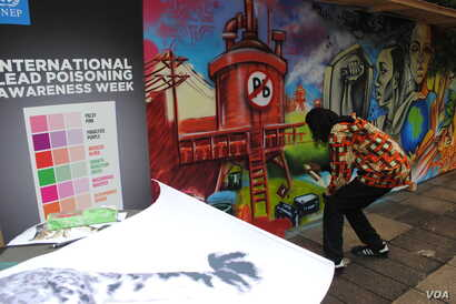 Graffiti artists create a mural with lead-free paint at the UN Environment Assembly in Nairobi, May 27, 2016. (A. Yee/VOA)