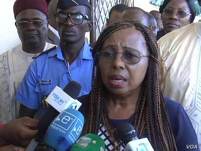 Cameroon's Minister of Secondary Education Nalova Lyonga visits students who escaped from the crisis-prone northwest and southwest regions of the country and fled to safety in Yaounde, June 10, 2018. (M. Kindzeka/VOA)