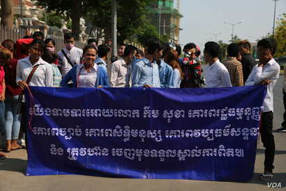 Members of student group led by Srey Chamroeun stand to display their banner demanding responsibility from deputy opposition chief Kem Sokha over his alleged scandalous affair. (Aun Chhengpor/VOA Khmer)