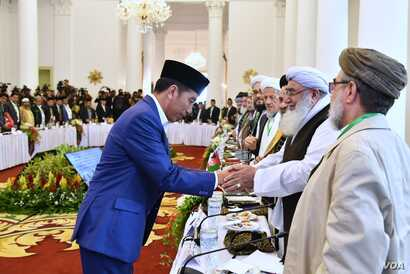 Indonesian President Joko Widodo greets religious scholars from Afghanistan and Pakistan at Bogor's one-day conference, May 11, 2018. (VOA Indonesian service)