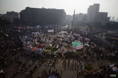 Thousands of protesters gather in Tahrir Square to protest Egyptian President Mohamed Morsi's recent consolidation of power, November 30, 2012. (Y. Weeks/VOA)