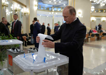 Russian President Vladimir Putin casts a ballot at a polling station during a parliamentary election in Moscow, Sept. 18, 2016. (Sputnik/Kremlin/Alexei Druzhinin via REUTERS)