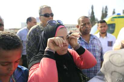 Grieving families arrive at the EgyptAir office in Cairo, searching for news about their loved ones in Cairo, Egypt, May 19, 2016. (Photo: Hamada Elrasam for VOA)