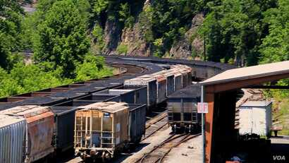 Train cars loaded with coal are seen outside of the town of Haysi, Virginia (N. Yaqub/VOA). Regional efforts are now underway to educate local youth in fields never before considered in U.S. coal mining regions.