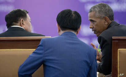 Laotian President Bounnhang Vorachit and U.S. President Barack Obama talk with the help of a translator during an Official State Luncheon at the Presidential Palace in Vientiane, Laos, Sept. 6, 2016.