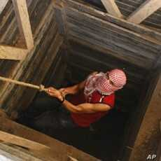 A Palestinian smuggler uses a rope to climb out of a tunnel linking the southern Gaza Strip town of Rafah with Egypt (File)