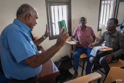 Former pirate hostage Sarath Surasena speaks to a class of coast guard recruits from Somalia's Galmdug state, in the Somali port city Bossaso, on March 24, 2018. (J. Patinkin/VOA)