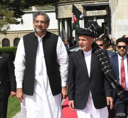 Pakistani Prime Minister Shahid Khaqan Abbasi is received by Afghan President Ashraf Ghani at the presidential place in Kabul, April 6, 2018.
