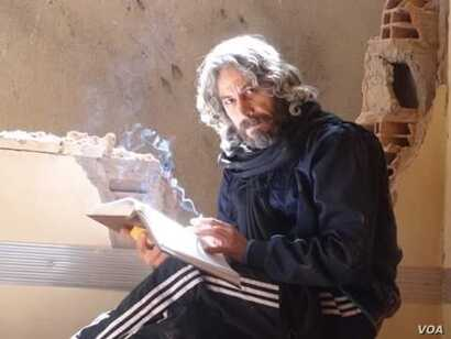 Foad Ahmed el-Mohamed, was a journalist in Deir el-Zour, eastern Syria. He was kidnapped by the Islamic State (IS) in 2014 and accused of supporting a democratic state and marrying an infidel woman. His wife was searching for him since then.