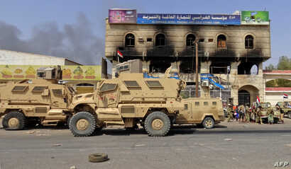 Yemeni pro-government forces gather on the eastern outskirts of Hodeida, as they continue their battle to wrestle control of the city from Houthi rebels, Nov. 8, 2018.