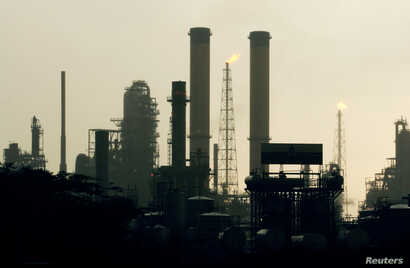 A view of Venezuela's Amuay Oil refinery during daybreak in Punto Fijo, 545 km (340 miles) west of Caracas, May 18, 2006.