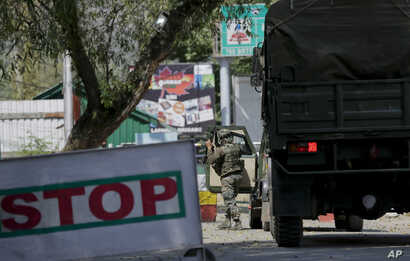 An Indian army soldier arrives at the army base which was attacked by suspected rebels in the town of Uri, west of Srinagar, Indian-controlled Kashmir, Sept. 18, 2016.