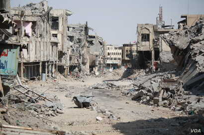 About 900,000 people have been displaced by the battle for Mosul, Iraq and many neighborhoods like Mosul's Old City have been completely destroyed by the war, July 9, 2017. (H.Murdock/VOA)