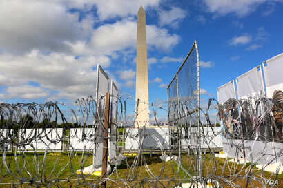 """Barbed wire and chain link fences dot the National Mall in Washington, D.C. at the """"Forced From Home"""" interactive display by Médecins Sans Frontières (B. Allen/VOA)"""