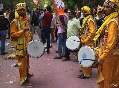 Bharatiya Janata Party workers beat drums and dance to celebrate, in New Delhi, India, March 11, 2017. The party's win in Uttar Pradesh is a huge boost for Indian Prime Minister Modi. (A. Pasricha/VOA)