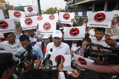 Ath Thun, center, president of the Coalition of Cambodian Apparel Workers' Democratic Union, delivers a speech during a protest rally at a blocked street near National Assembly, in Phnom Penh, Cambodia, Monday, April 4, 2016.