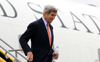 U.S. Secretary of State John Kerry arrives at Vienna's Schwechat airport, Austria, Oct. 29, 2015. Kerry has arrived for talks on ending the Syrian war with other key nations, including bitter regional rivals Iran and Saudi Arabia.