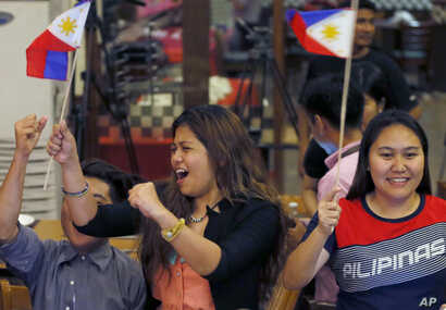 Filipinos cheer moments after the Hague-based U.N. international arbitration tribunal ruled in favor of the Philippines in its case against China on the dispute in South China Sea, July 12, 2016 in Manila, Philippines.