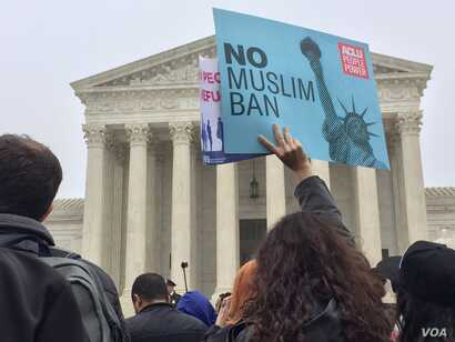 Hundreds of protesters rallied for more than two hours outside the U.S. Supreme Court during a hearing about the Trump administration's third travel ban, Washington, D.C., April 25, 2018 (VOA/Victoria Macchi)