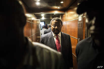 Gabonese opposition leader Jean Ping arrives at his party headquarters in Libreville, Aug. 28, 2016.