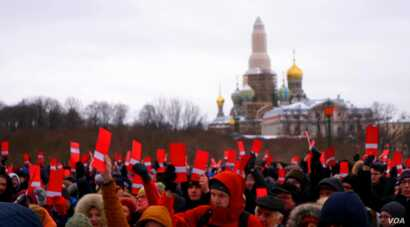 Navalny supporters hold up red ballot cards in St. Petersburg on December 24.
