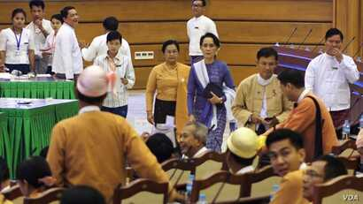Aung San Suu Kyi enters parliament in Naypyitaw, Myanmar, March 11, 2016. (Z. Aung/VOA News)