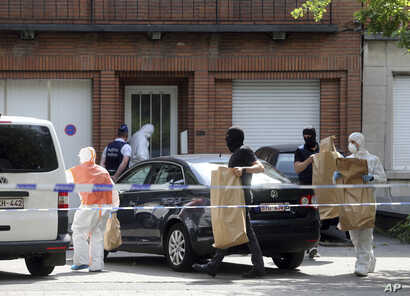 Police and forensic officers remove items during a house search in the Molenbeek district of Brussels, June 21, 2017. Belgian authorities said they foiled a terror attack when soldiers shot a suspect in the heart of Brussels after a small explosion a...