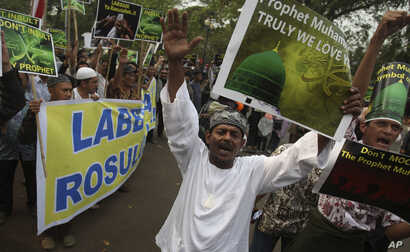 Indonesian Muslims shout slogans during a protest against an anti-Islam film that has sparked anger among followers, outside the U.S. Embassy in Jakarta, Indonesia, September 21, 2012.