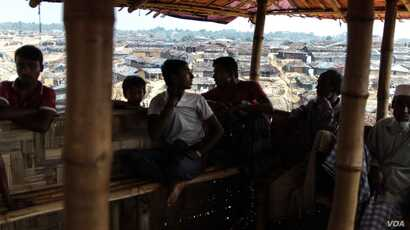 Rohingya men hang out in Kutapalong Camp, where rumors of child abductions have spread among the residents. (J. Owens/VOA)