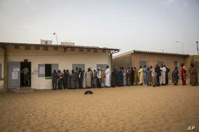 Senegalese voters line up to cast their ballot at a polling station in Dakar, Senegal, Feb. 24, 2019. Voters are choosing whether to give President Macky Sall a second term in office as he faces four challengers.