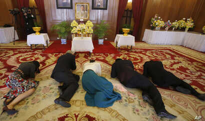 People pray in front of a portrait of Thai King Bhumibol Adulyadej at Grand Palace in Bangkok, Thailand, Feb. 18, 2016.