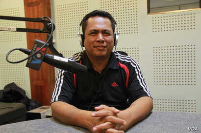 Kem Ley, a Cambodian analyst, discusses the meaning of color revolution and freedom of expression in Cambodia during Hello VOA call-in show in Phnom Penh, on Thursday, June 30, 2016. (Lim Sothy/VOA Khmer)